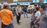 Lima orang juru parkir liar di kawasan wisata Cipanas, Kabupaten Garut, ditangkap polisi, Selasa (24/12). Mereka diduga melakukan pungutan liar kepada wisatawan yang memarkirkan kendaraannya di kawasan itu