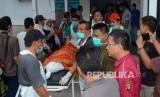 Polres Subang bersama Polda Jabar dan Korlantas Polri menggelar olah Tempat Kejadian Perkara (TKP) tergulingnya bus pariwisata di Subang, Ahad (19/1) (Ilustrasi evakuasi jenazah)