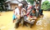 Warga beraktivitas saat banjir di Kalimantan Selatan.