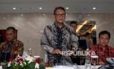 Menteri ESDM Arifin Tasrif (tengah) didampingi Sekjen Ego Syahrial (kiri) dan Kepala BPH Migas M Fanshurullah Asa (kanan) bersiap menyampaikan capaian kinerja 2019 dan program 2020 di Kantor Kementerian ESDM, Jakarta, Kamis (9/1/2020).
