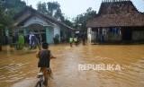 Sejumlah anak beraktivitas di dekat rumah yang terdampak banjir di Desa Kesambi, Mejobo, Kudus, Jawa Tengah, Ahad (12/1/2020).