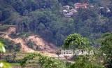 Suasana perkampungan rawan bencana tanah longsor di Sukajaya, Kabupaten Bogor, Jawa Barat, Senin (13/1/2020).