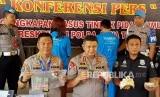 Kapolda Jawa Tengah Irjen Pol Rycko Amelza Dahniel (keempat kiri) memperlihatkan barang bukti kasus Keraton Agung Sejagat di Purworejo dengan dua tersangkanya, Totok Santosa (kelima kiri) dan Fanni Aminadia (ketiga kiri), saat konferensi pers di Mapolda Jateng, Semarang, Jawa Tengah, Rabu (15/1/2020).