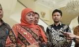 Gubernur Jawa Timur Khofifah Indar Parawansa didampingi Wakil Gubernur Jatim Emil Dardak usai menemui Wakil Presiden Maruf Amin di Kantor Wapres, Jakarta, Jumat (17/1).