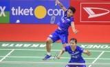 Pebulu tangkis ganda putri Indonesia Apriyani Rahayu (kiri) disaksikan rekannya Greysia Polii mengembalikan kok ke arah lawannya dalam laga di Indonesia Masters 2020 di Istora Senayan, Jakarta.
