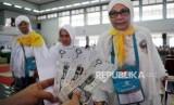 Ilustrasi foto calon Jamaah Haji sedang menerima uang saku atau living cost. BPKH akan menempatkan sebagian dana kelolaan ke investasi langsung