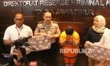 Indef: Kasus Memiles Bukti Pengawasan Lemah. Polisi menunjukkan tersangka berinisial SW beserta barang bukti saat ungkap kasus investasi ilegal Memiles yang dikelola PT Kam and Kam di Mapolda Jawa Timur, Surabaya, Jawa Timur.