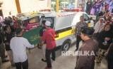 Jenazah korban kecelakaan bus tiba di Masjid Assobariyah untuk dishalatkan, Depok, Jawa Barat, Ahad (19/1/2020).