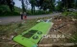 Seorang warga bersama petugas kepolisian mengamati lokasi kejadian kecelakaan tunggal bus P.O Purnamasari di Nagrog, Ciater, Kabupaten Subang, Jawa Barat, Ahad (19/1/2020).