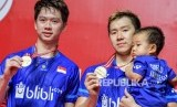 Pebulu tangkis ganda putra Indonesia Kevin Sanjaya Sukamuljo (kiri) dan rekannya Marcus Fernaldi Gideon memegang medali usai mengalahkan lawan senegara Hendra Setiawan dan Mohammad Ahsan dalam pertandingan babak final Daihatsu Indonesia Masters 2020 di Istora Senayan, Jakarta, Ahad (19/1/2020).