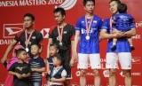 Pebulu tangkis ganda putra Indonesia Kevin Sanjaya Sukamuljo (kedua kanan) dan Marcus Fernaldi Gideon (kanan) serta Hendra Setiawan (kedua kiri) dan Mohammad Ahsan (kiri) memegang medali usai menjuarai kejuaraan Daihatsu Indonesia Masters 2020 kategori ganda putra di Istora Senayan, Jakarta, Ahad (19/1/2020).