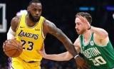 Bintang Los Angeles Lakers LeBron James membawa bola saat berhadapan dengan Boston Celtics dalam kompetisi basket NBA.