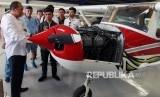 Pembuat pesawat Swayasa Ultralight asal Pinrang, Haerul (tengah) mendapat penjelasan dari Wakil Ketua Indonesia Flying Club (IFC) Untung Medianto (kiri) tentang mesin pesawat Cesna 152 saat berkunjung ke markas FASI DKI Jakarta di Pondok Cabe, Tangerang Selatan, Banten, Selasa (21/1/2020).