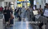 Sejumlah wisatawan membawa barang bawaan setibanya di Terminal Kedatangan Internasional Bandara Internasional I Gusti Ngurah Rai, Bali, Rabu (22/1/2020). Corona telah menyebabkan pembatalan kunjungan wisawatan China ke Bali.