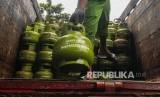 Pekerja menata gas elpiji 3 kg bersubsidi untuk didistribusikan di Bogor, Jawa Barat, Kamis (23/1/2020).