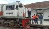 PT KAI melakukan uji coba lokomotif di Stasiun Garut, Kamis (23/1). Untuk pertama kalinya, sejak jalur kereta Cibatu Garut ditutup pada 1983, lokomotif kembali masuk ke stasiun itu.