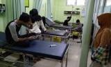 Korban menjalani perawatan di RS SMC Kabupaten Tasikmalaya, Jumat (24/1). Hingga Jumat siang, dilaporkan delapan orang meninggal diduga akibat mengonsumsi miras oplosan.