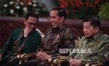 Presiden Joko Widodo (tengah) berbincang dengan Menteri PPN/Kepala Bappenas Suharso Monoarfa (kanan) dan Kepala BPS Suhariyanto saat Pencanangan Sensus Penduduk 2020 di Istana Negara, Jakarta, Jumat (24/1/2020).