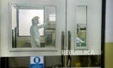 Petugas medis menggunakan pakaian pelindung saat mengontrol ruangan khusus untuk wabah Virus Corona di Ruangan Isolasi Infeksi Khusus Kemuning Rumah Sakit Dokter Hasan Sadikin (RSHS), di Bandung, Jawa Barat, Jumat (24/1/2020).