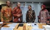 Ketua Dewan Komisioner Lembaga Penjamin Simpanan (LPS) Halim Alamsyah (kedua kiri), Anggota Dewan Komisioner merangkap Plt. Kepala Eksekutif LPS Didik Madiyono (kedua kanan), Plt. Direktur Eksekutif Riset, Surveilans dan Pemeriksaan Priyantina (kanan) dan Sekretaris Lembaga Muhamad Yusron (kiri) bersiap memberi keterangan tentang pers review suku bunga penjaminan LPS, di Jakarta, Jumat (24/01/2020).