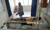 Seorang pasien diduga menderita Middle East Respiratory Syndrome Coronavirus (Mers Corv), berada di ruang isolasi RSUP Dr.M.Djamil Padang, Sumatera Barat, Jumat (24/1/2020).