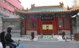 Pintu gerbang utama Masjid Nanxiapo, Beijing, terpasang pengumuman ditiadakannnya aktivitas masyarakat di tempat-tempat umum termasuk kegiatan shalat Jumat untuk menghindari meluasnya wabah virus corona yang telah merengggut puluhan nyawa di Kota Wuhan, Jumat (24/1/2020).