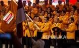 Ketua Umum Partai Hanura Oesman Sapta Odang mengibarkan pataka Partai Hanura pada Pengukuhan Pengurus Dewan Pimpinan Pusat (DPP) Partai Hanura Masa Bakti 2019-2024 di Jakarta Convention Center (JCC), Senayan, Jakarta, Jumat (24/1/2020).