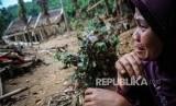 Seorang warga menangis saat melihat rumahnya yang rusak akibat diterjang banjir bandang di Kampung Susukan, Lebak, Banten, Ahad (26/1/2020).