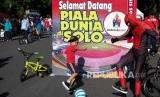 Warga melakukan aksi menyambut Piala Dunia U-20 saat pelaksanaan Hari Bebas Kendaraan Bermotor atau Car Free Day (CFD) di Solo, Jawa Tengah, Ahad (26/1/2020).