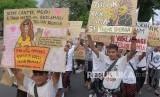 Sejumlah pengunjuk rasa meneriakkan yel-yel dalam aksi tolak reklamasi Teluk Benoa di Denpasar, Bali, Ahad (26/1/2020).