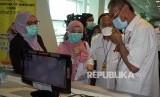 Menteri Kesehatan Malaysia Dzulkefly Ahmad (kanan)