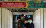 Sejumlah pengunjung rumah sakit mengenakan masker di Rumah Sakit Umum Pusat (RSUP) dr Kariadi, Semarang, Jawa Tengah