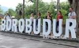 Sejumlah wisatawan mancanegara berada di kawasan Taman Wisata Candi (TWC) Borobudur, Magelang, Jawa Tengah, Rabu (29/1/2020).  Merebaknya wabah Corona telah membuat industri wisata terpuruk, banyak konsumen yang membatalkan rencana perjalanan maupun menjadwal ulang agenda mereka.