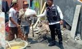 Pengurus Besar Forum Komunikasi Alumni Petugas Haji Indonesia (FKAPHI) memberikan bantuan kepada korban banjir di Kecamatan Benjeng dan Kecamatan Cerme Kabupaten Gresik Provinsi Jawa Timur, Rabu (29/1)
