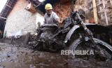 Warga mengevakuasi sepeda motornya yang terdampak banjir bandang di Sempol, Ijen, Bondowoso, Jawa Timur, Kamis (30/1/2020).