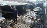 Perhutani Observasi Penyebab Banjir Bondowoso. Warga berada di depan rumah yang terkena banjir bandang di Desa Kalisat, Kecamatan Ijen, Bondowoso, Jawa Timur, Kamis (30/1/2020).