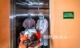 Sejumlah tim medis mengevakuasi seorang pasien menuju Ruang Isolasi Khusus Rumah Sakit Umum Pusat (RSUP) dr Kariadi saat simulasi penanganan wabah virus novel Coronavirus (nCoV) di Semarang, Jawa Tengah, Kamis (30/1/2020).