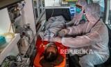 Tim medis mengevakuasi seorang pasien di dalam mobil ambulans menuju Rumah Sakit Umum Pusat (RSUP) dr Kariadi saat simulasi penanganan wabah virus novel Coronavirus (nCoV) di Semarang, Jawa Tengah, Kamis (30/1/2020). Hasil penelitian terdahulu mengungkap, virus corona lebih banyak mengusik laki-laki.