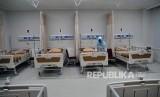 Perawat menata tempat tidur di ruang rawat inap kelas tiga Gedung Perawatan Blok 3 RSUD Kota Bogor, Jawa Barat, Kamis (30/1/2020).