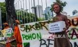 Aktivis Walhi melakukan aksi di depan gedung Balai Kota Jakarta Pusat, Kamis (30/1/2020)