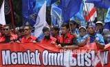 Sejumlah buruh mengikuti aksi unjuk rasa menolak RUU Omnibus Law di Depan Istana Merdeka, Jakarta, Kamis (30/1/2020).