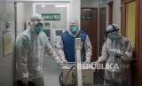 Tim medis melakukan pemeriksaan terhadap seorang pasien pada kegiatan simulasi penanganan virus Corona di RSUD Dr. Moewardi, Solo, Jawa Tengah, Jumat (31/1/2020).