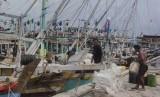 Volume ekspor olahan hasil perikanan di Kabupaten Belitung, Provinsi Kepulauan Bangka Belitung, mencapai 2.065 ton. Foto nelayan membersihkan perlengkapan perahu di Pelabuhan Perikanan, (ilustrasi).