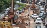 Pekerja dengan alat berat menyelesaikan proyek pembangunan Underpass Senen Extension, di Jakarta Pusat, Senin (3/2/2020).
