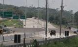 Kendaraan melintas proyek jalan tol Malang-Pandaan Seksi V di Malang, Jawa Timur, Selasa (4/2/2020).