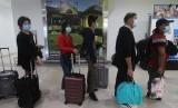 Penumpang pesawat mengantre di loket imigrasi saat tiba di Terminal Kedatangan Internasional Bandara Supadio di Kabupaten Kubu Raya, Kalimantan Barat, Kamis (6/2/2020). Peningkatan kebersihan tangan di bandara kurangi risiko potensial pandemi virus corona tipe baru, Covid-19.