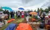 Pemakaman pebulutangkis Tati Sumirah di TPU Rawamangun, Jakarta, Jumat (14/2).
