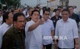 Menteri BUMN Erick Thohir (kedua kiri) berbincang dengan Menteri Agraria dan Tata Ruang/Kepala Badan Pertanahan Nasional (ATR/BPN) Sofyan Djalil (kiri), Menteri Pariwisata dan Ekonomi Kreatif (Menparekraf) Wishnutama Kusubandio (kedua kanan) dan Direktur Utama PT Pelabuhan Indonesia III (Persero) Doso Agung (kanan) saat meninjau rencana pengembangan Pelabuhan Benoa, Denpasar, Bali, Jumat (14/2/2020).