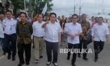Menteri BUMN Erick Thohir (tengah) didampingi Menteri Agraria dan Tata Ruang/Kepala Badan Pertanahan Nasional (ATR/BPN) Sofyan Djalil (kedua kiri), Menteri Pariwisata dan Ekonomi Kreatif (Menparekraf) Wishnutama Kusubandio (ketiga kanan) dan Direktur Utama PT Pelabuhan Indonesia III (Persero) Doso Agung (kanan) saat meninjau rencana pengembangan Pelabuhan Benoa, Denpasar, Bali, Jumat (14/2/2020).