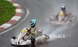 Dua pembalap gokart beradu cepat di lintasan basah pada kelas Formula 125 saat Asian Karting Championships 2020 putaran pertama di Sentul Internasional Karting Sirkuit, Kabupaten Bogor, Jawa Barat, Ahad (16/2).
